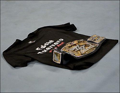 현 챔피언 존 시나는 에디 게레로의 티셔츠에 벨트를 올려 놓으며 그를 애도했다. 현 챔피언 존 시나는 에디 게레로의 티셔츠에 벨트를 올려 놓으며 그를 애도했다.